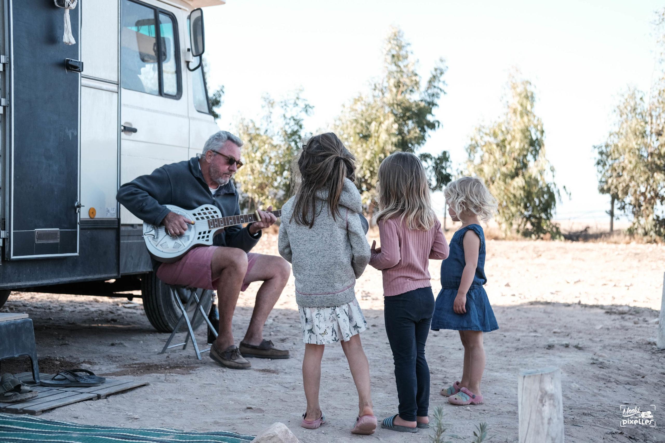 Les enfant écoutent un morceau de guitare
