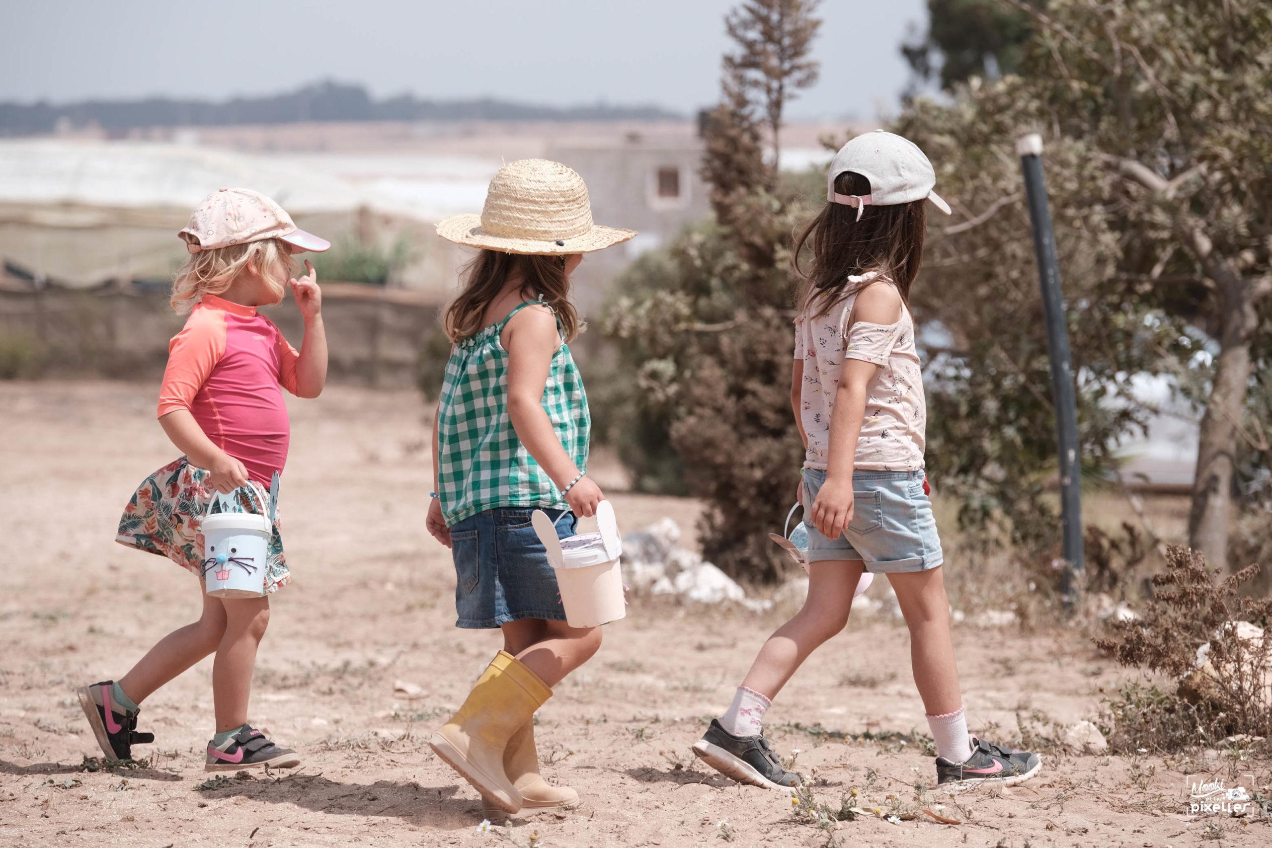 les filles partent à la chasse aux oeufs de pâques