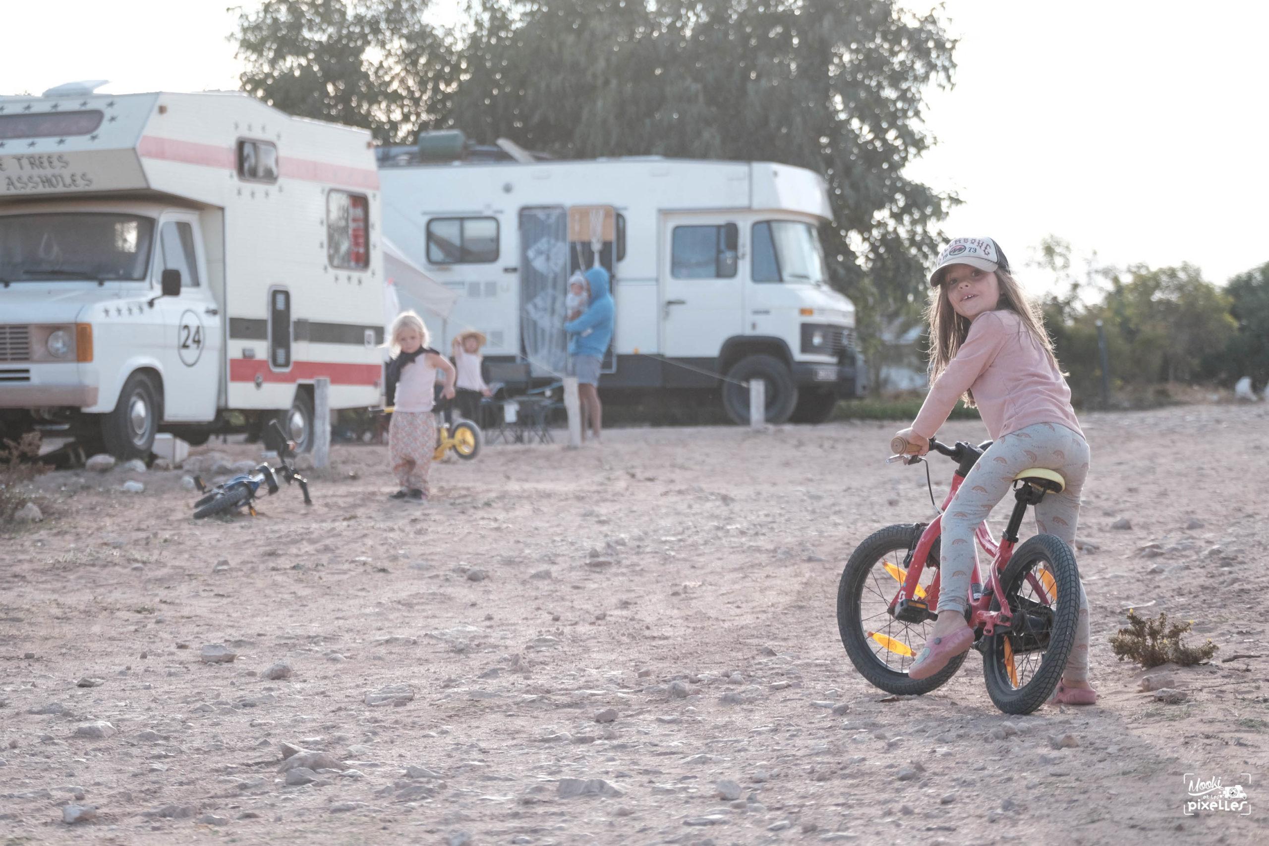 Les enfants s'amusent avec leurs vélos