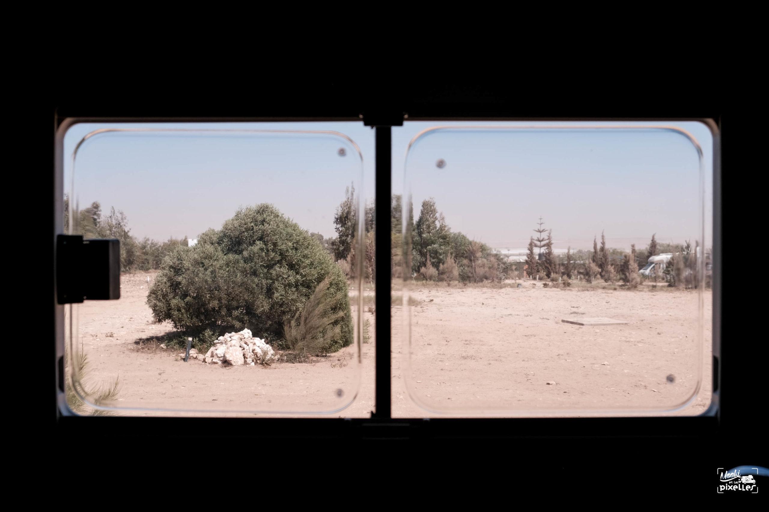 Vue de la fenêtre du camping car pendant le confinement au Maroc