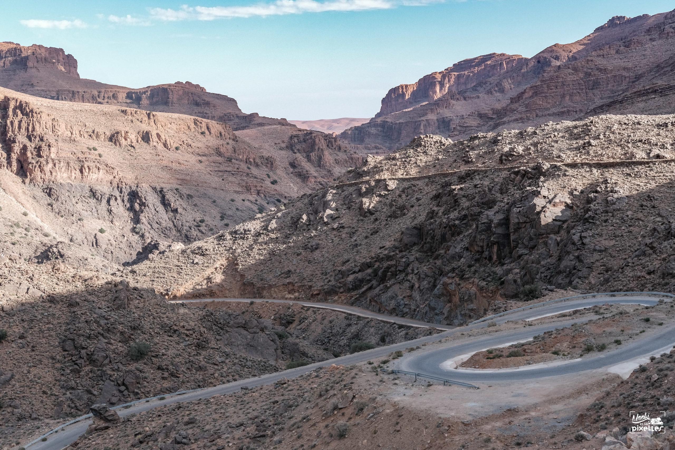 La route en lacets dans les gorges d'Ait Mansour