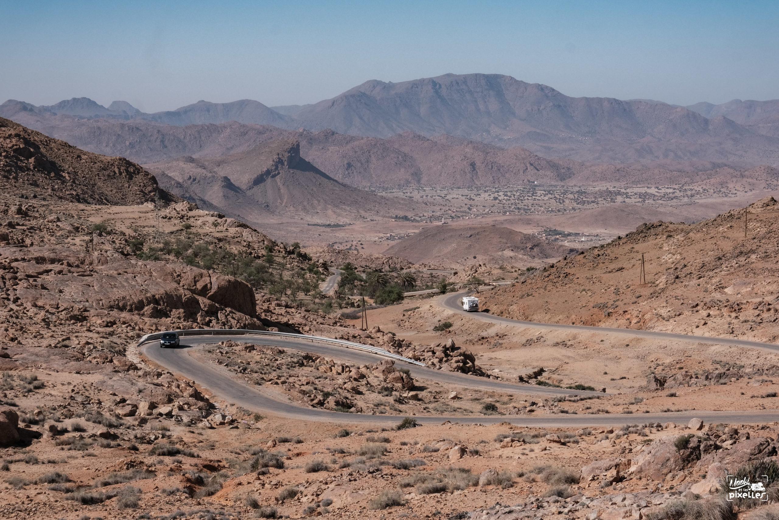Route au dessus de Tafraoute au Maroc