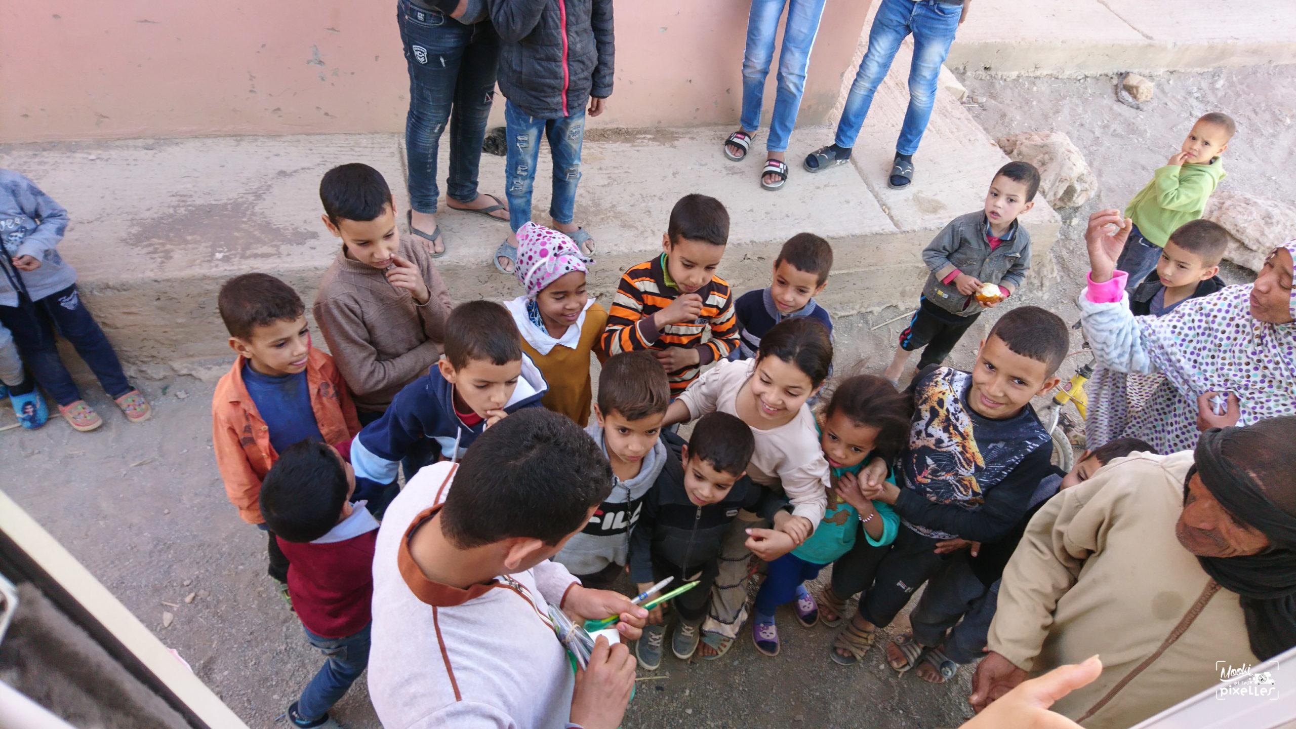 Enfants sortant de l'école au Maroc