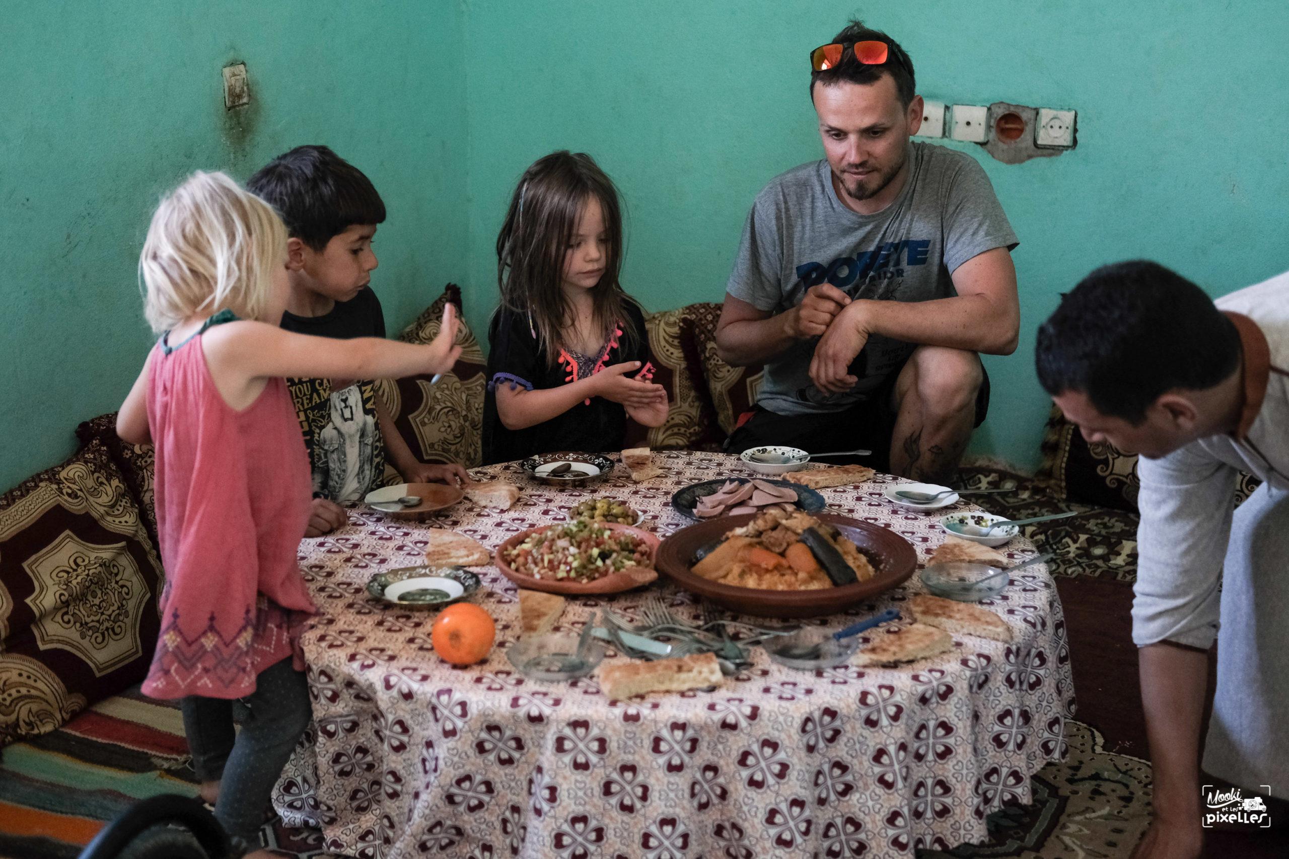 Partage d'un couscous en famille au Maroc