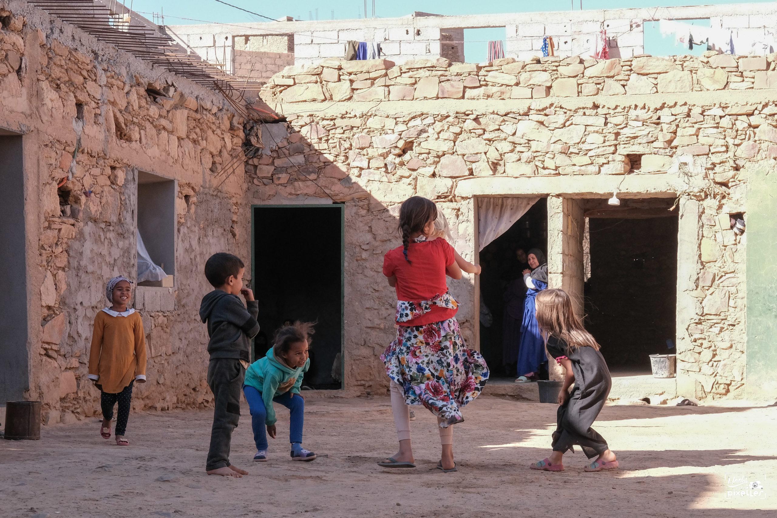 Les enfants jouent tous ensemble au Maroc