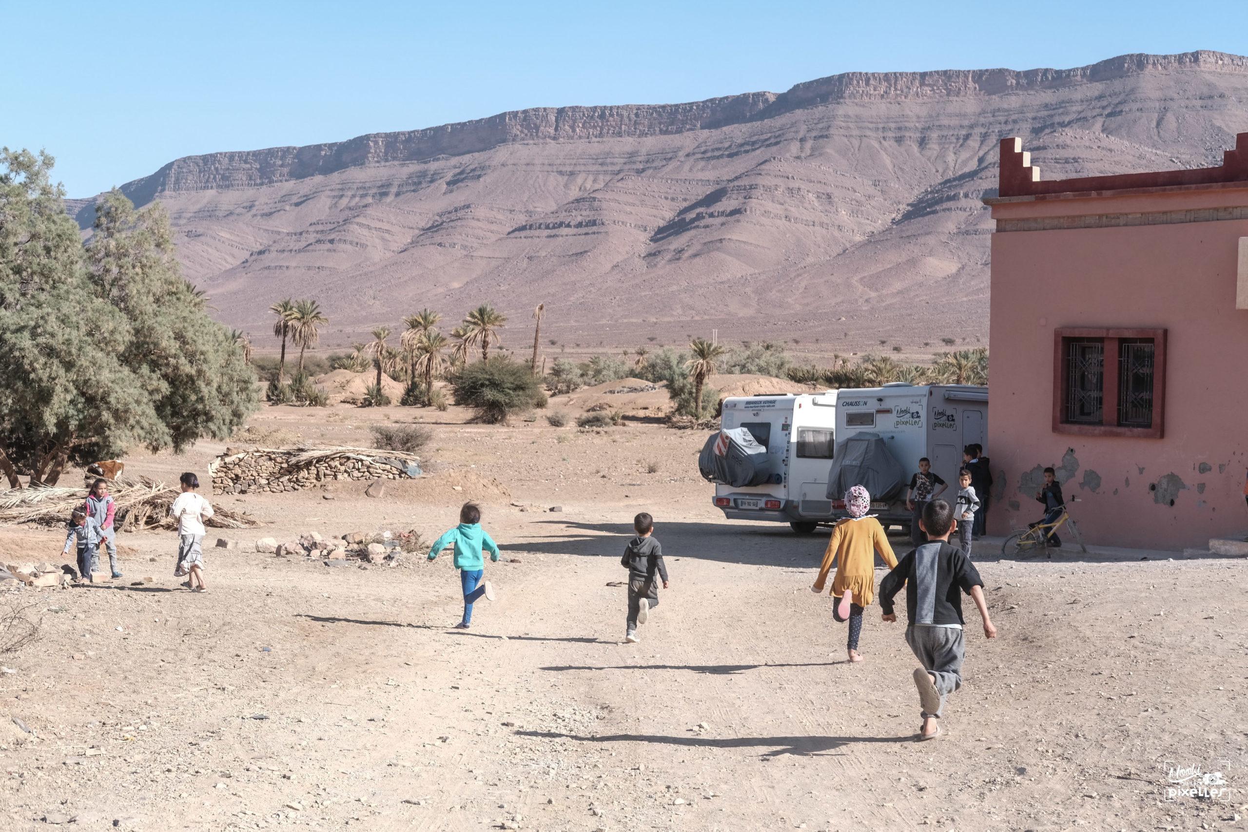 Des enfants courent vers les camping cars