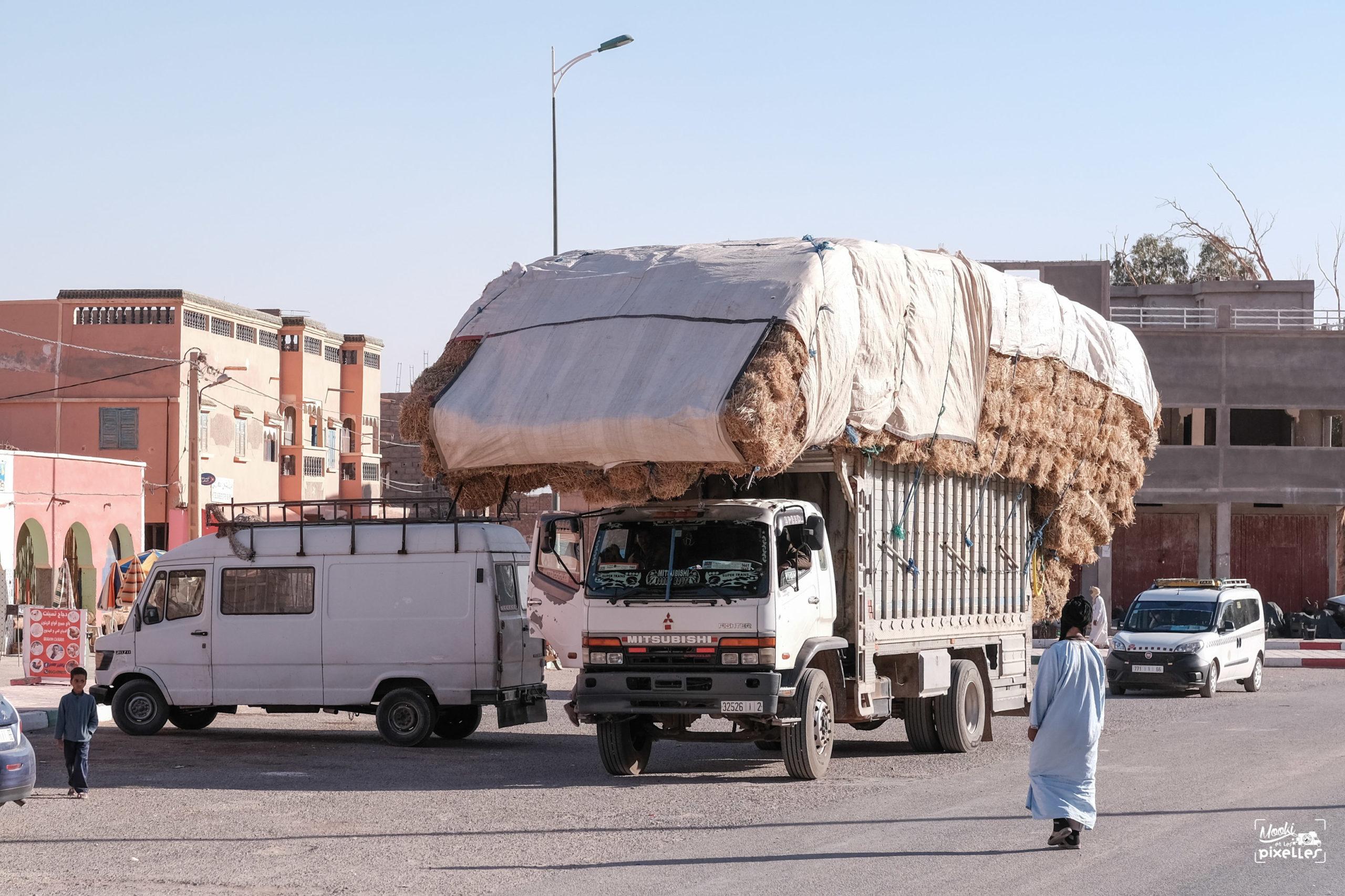 Un camion transportant des bottes de paille au Maroc