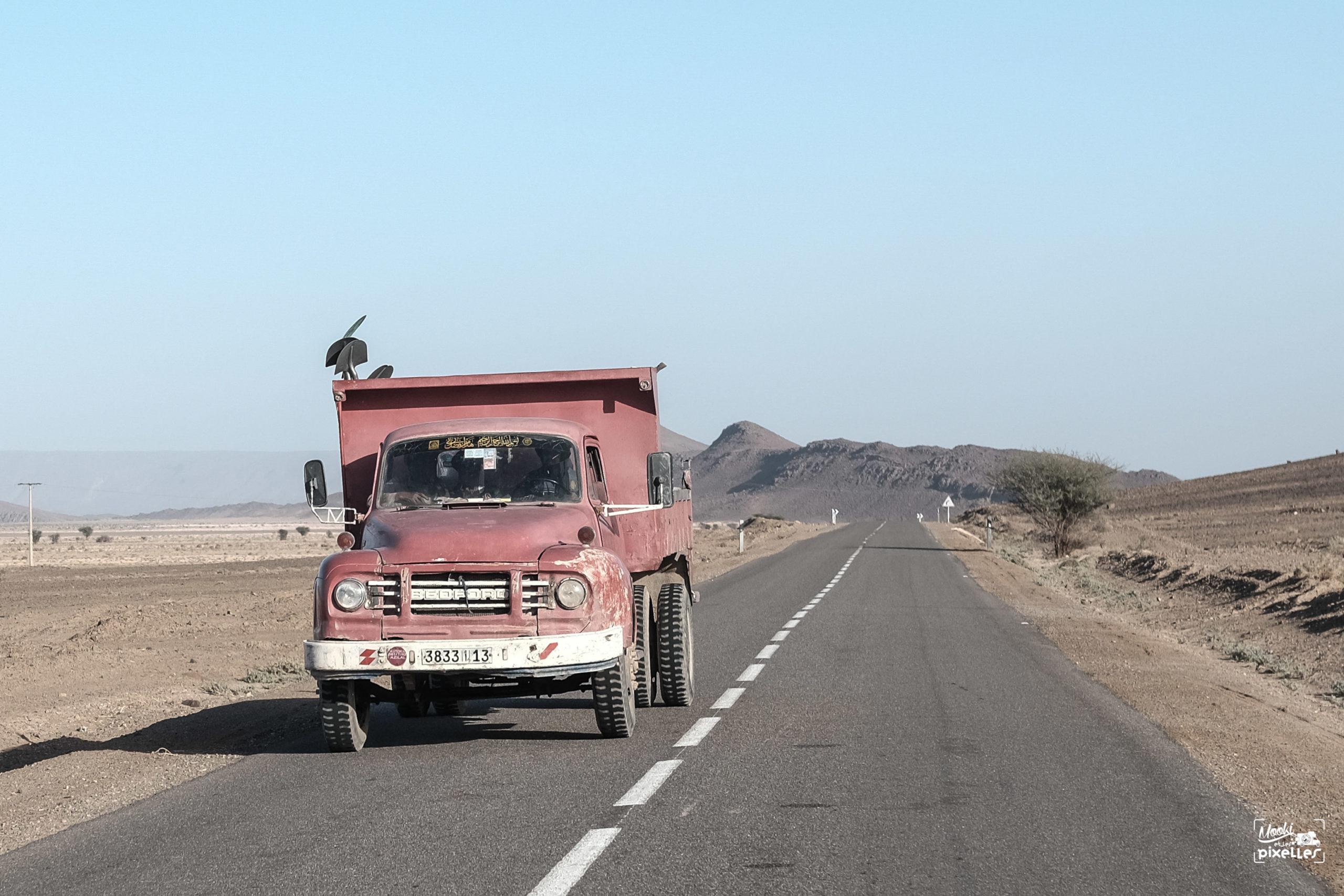 Vieux camion Bedford sur une route marocaine