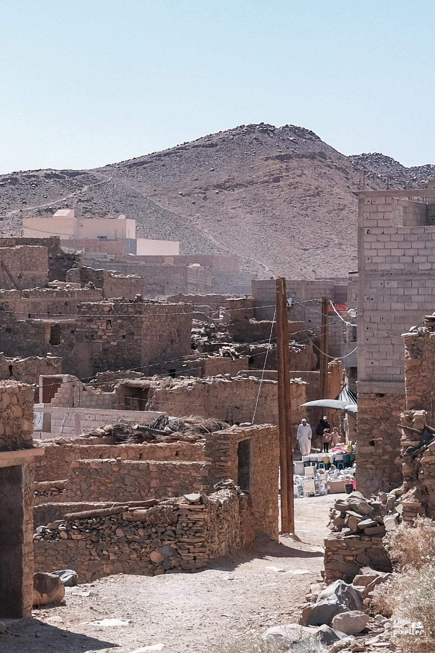 Vue sur petit souk de village au Maroc
