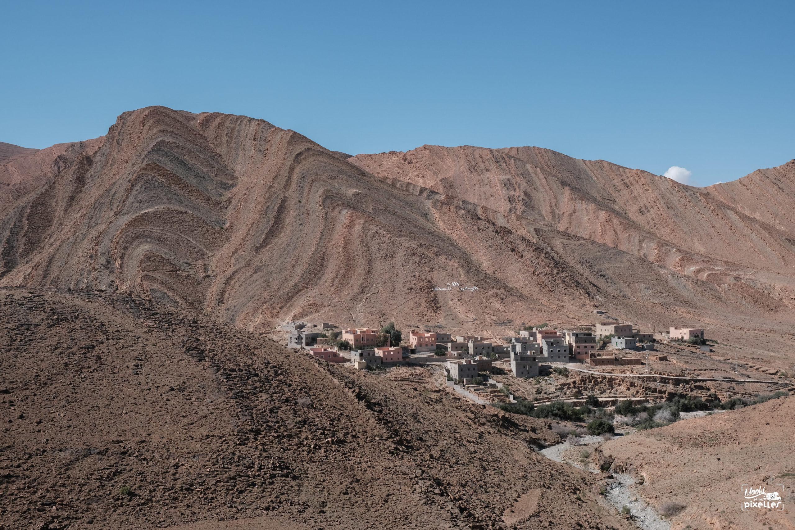 Village perdu au milieu des montagnes au Maroc
