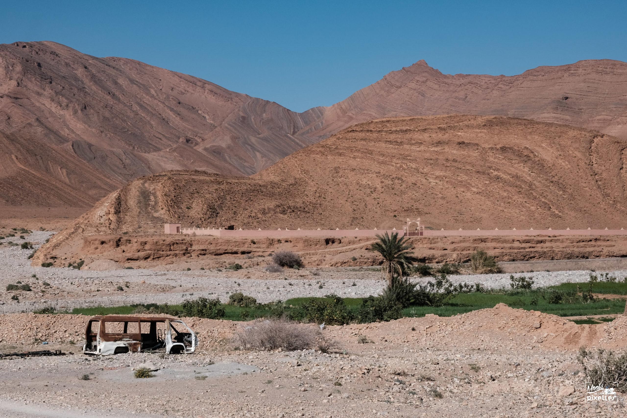 Carcasse de fourgon brûlé au Maroc