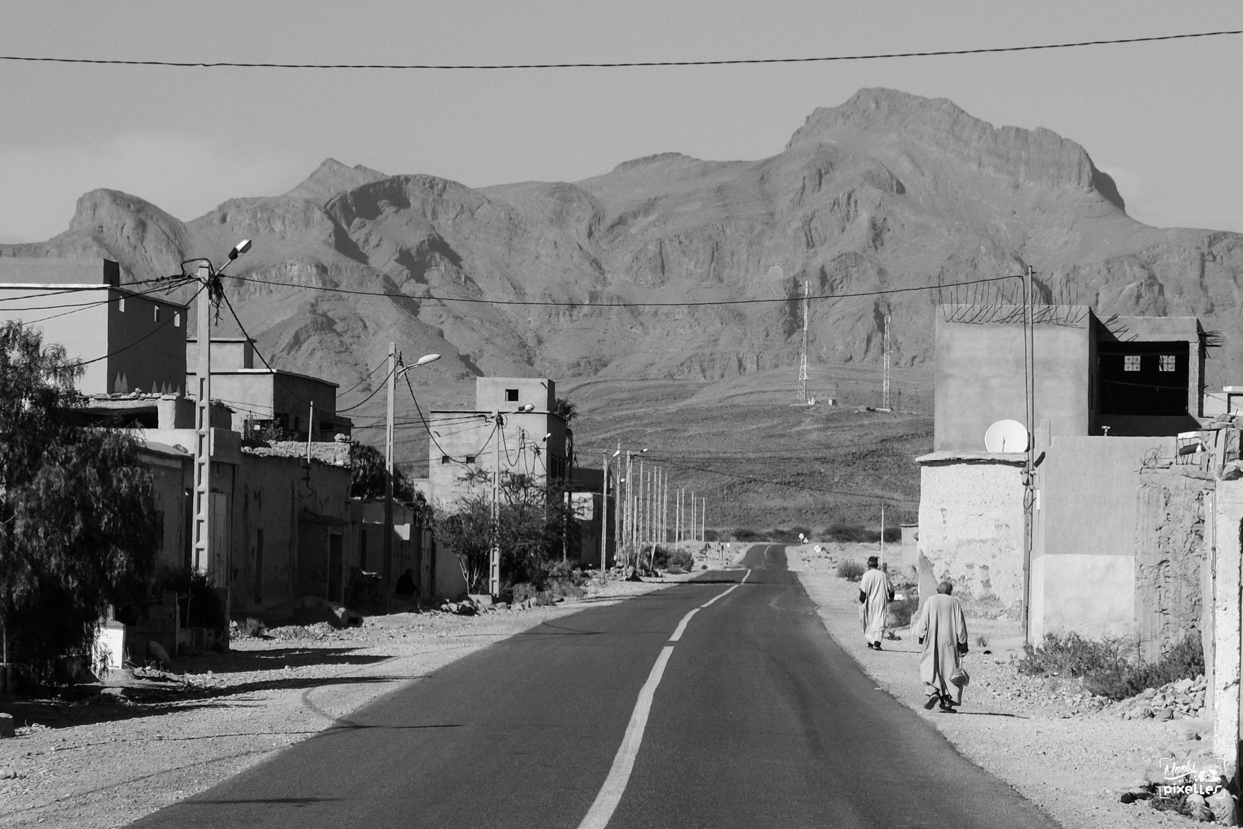 Rue au centre d'une petite ville du sud marocain