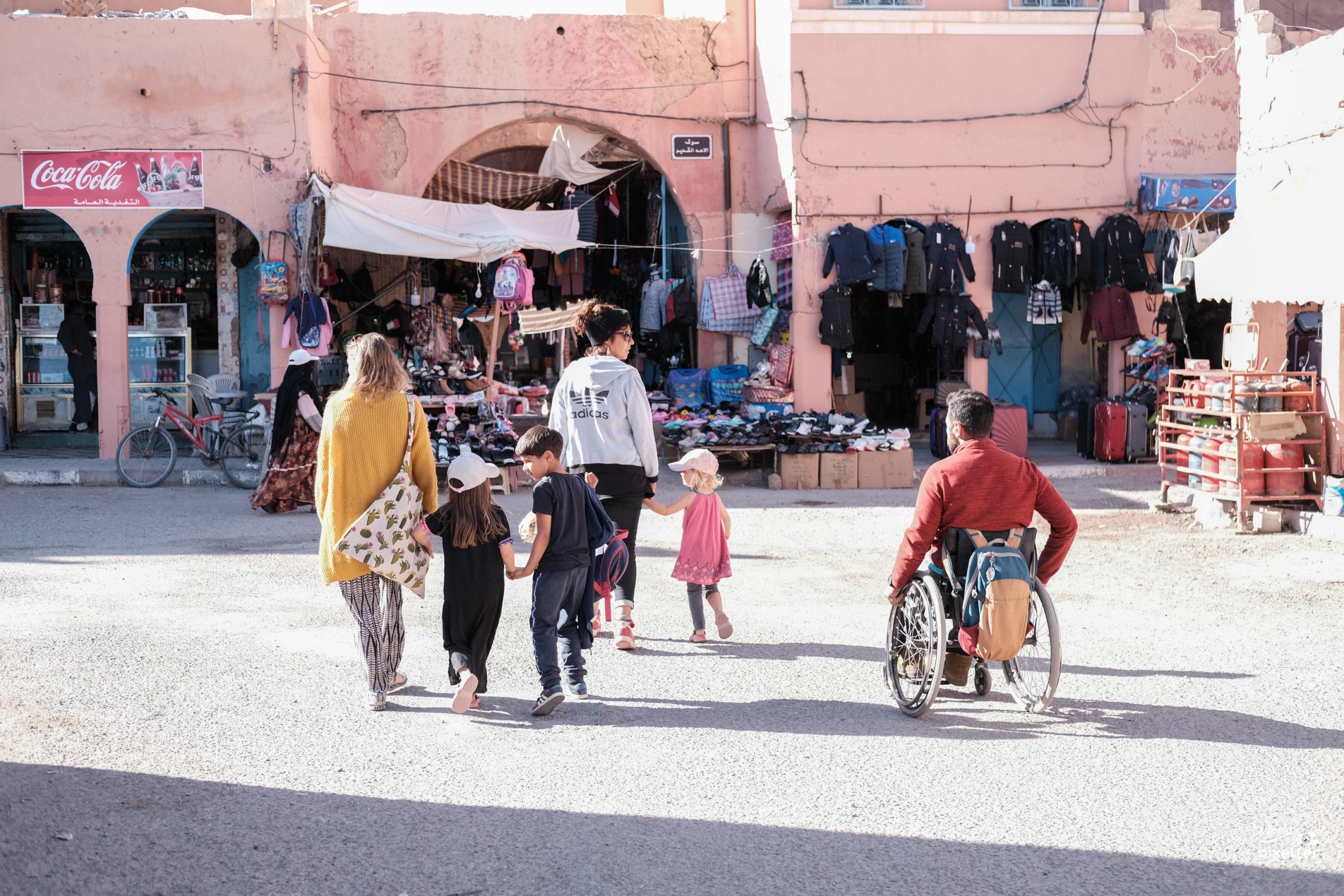 On se promène entre amis dans les rues de Tata au Maroc