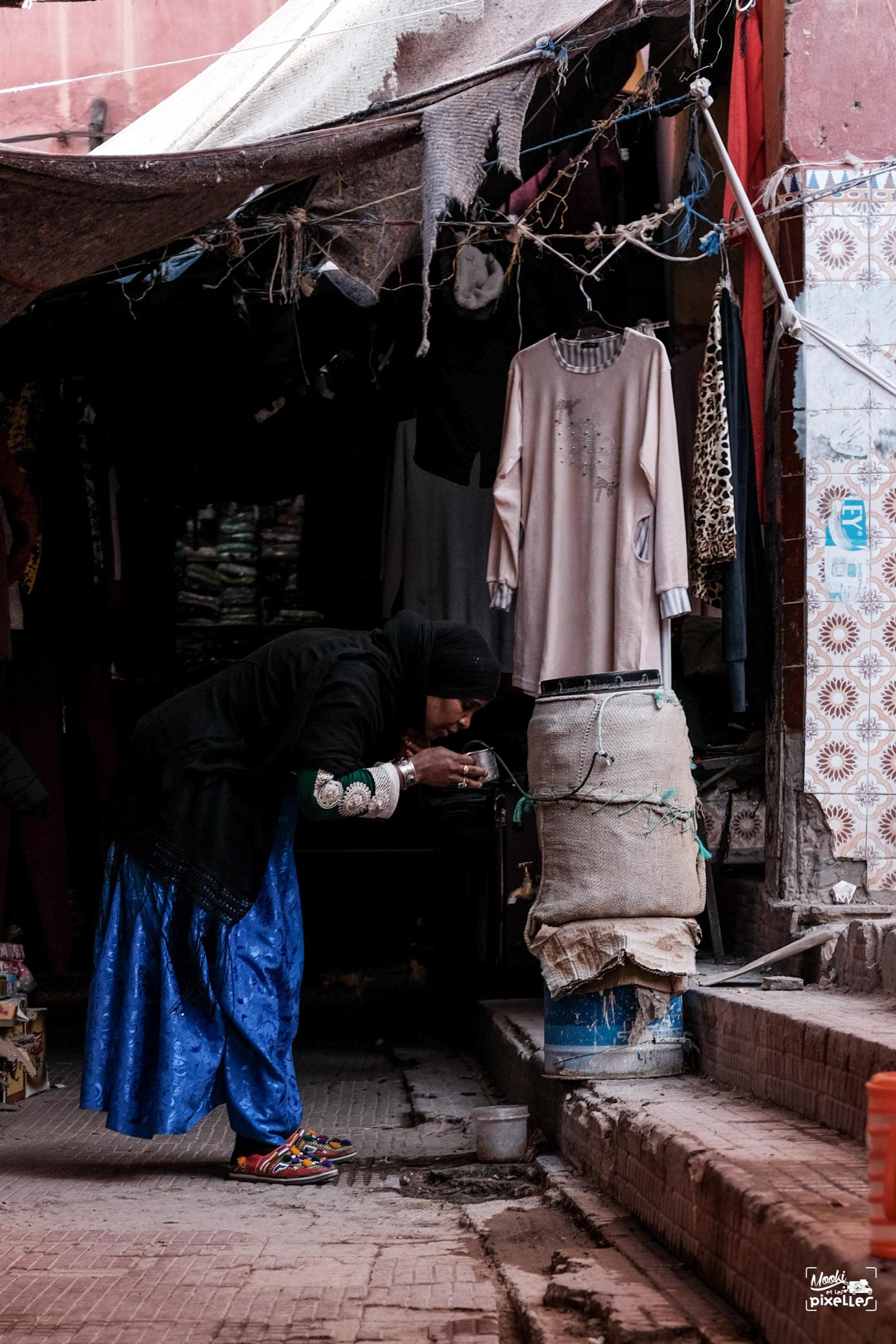 Une femme buvant une tasse d'eau