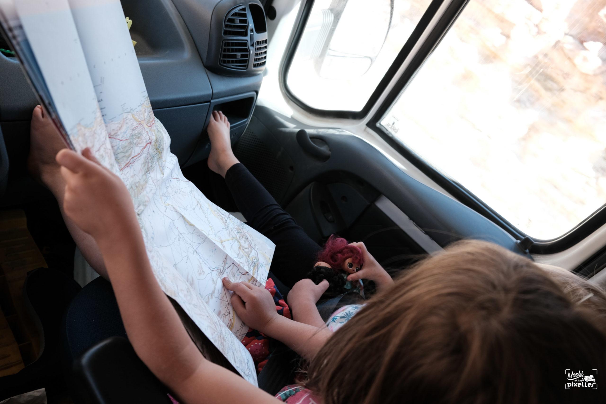 Lecture d'une carte routière michelin sur la route au Maroc