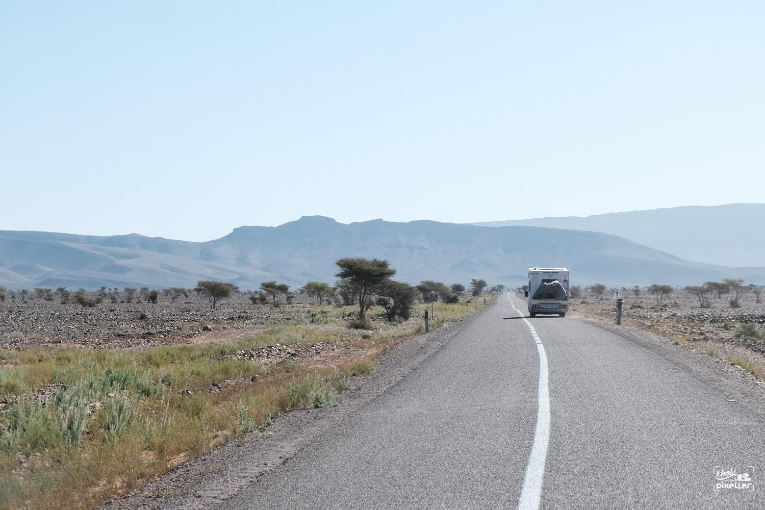 Camping car sur route désertique au maroc