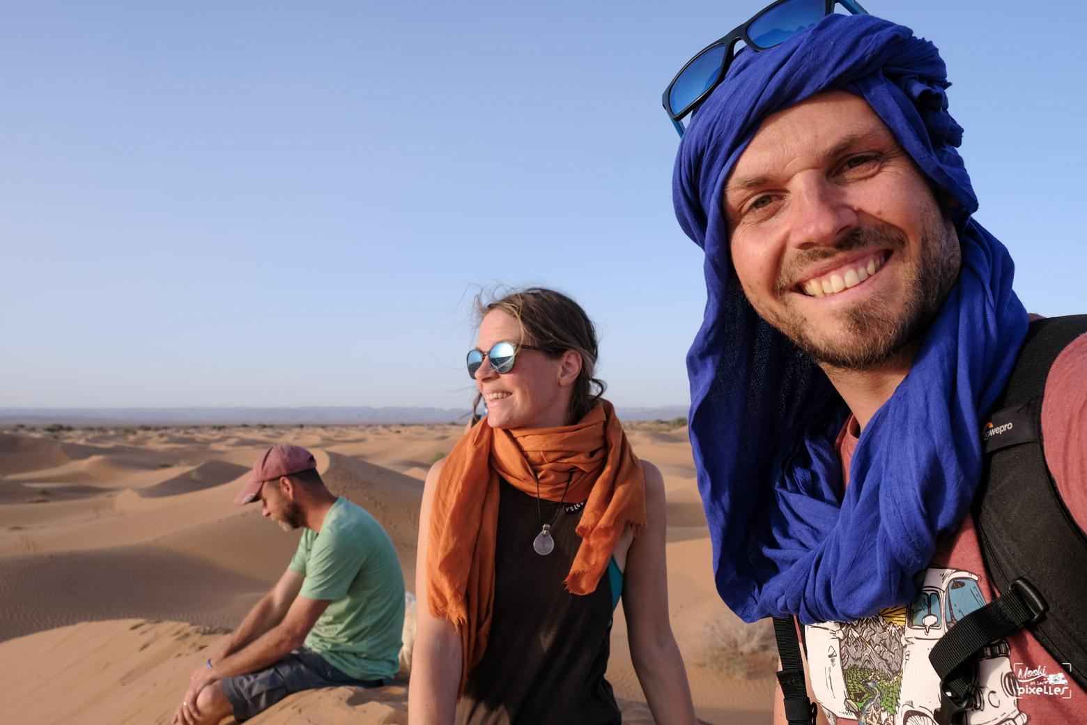 Des gens heureux dans le désert