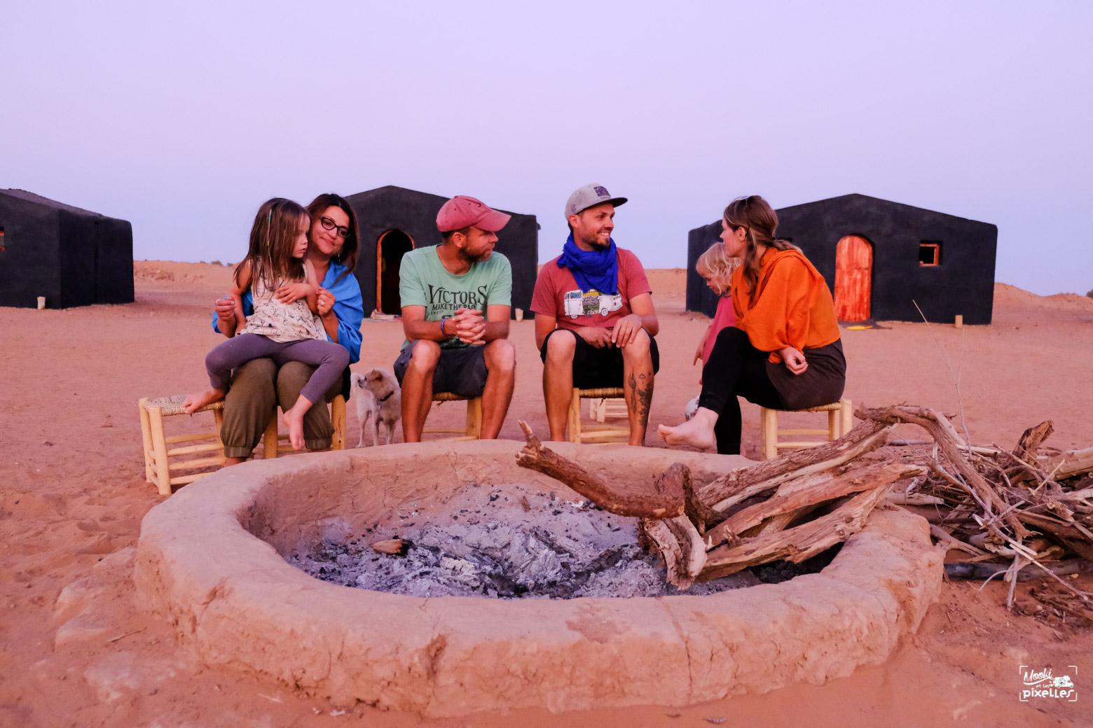 Des copains heureux au Maroc