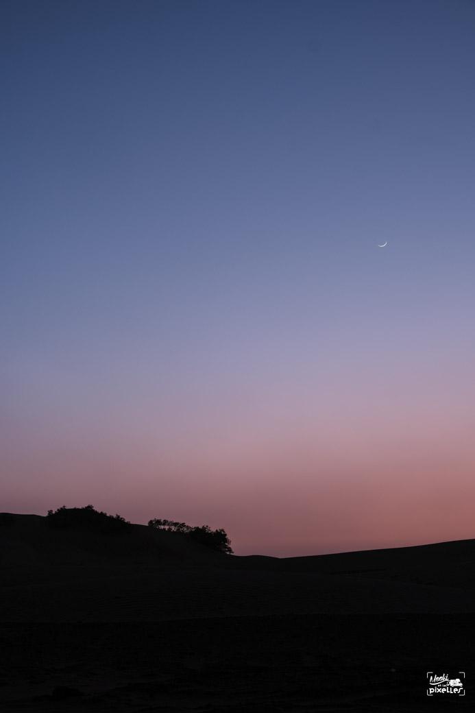 Tombée de la nuit dans le désert au maroc