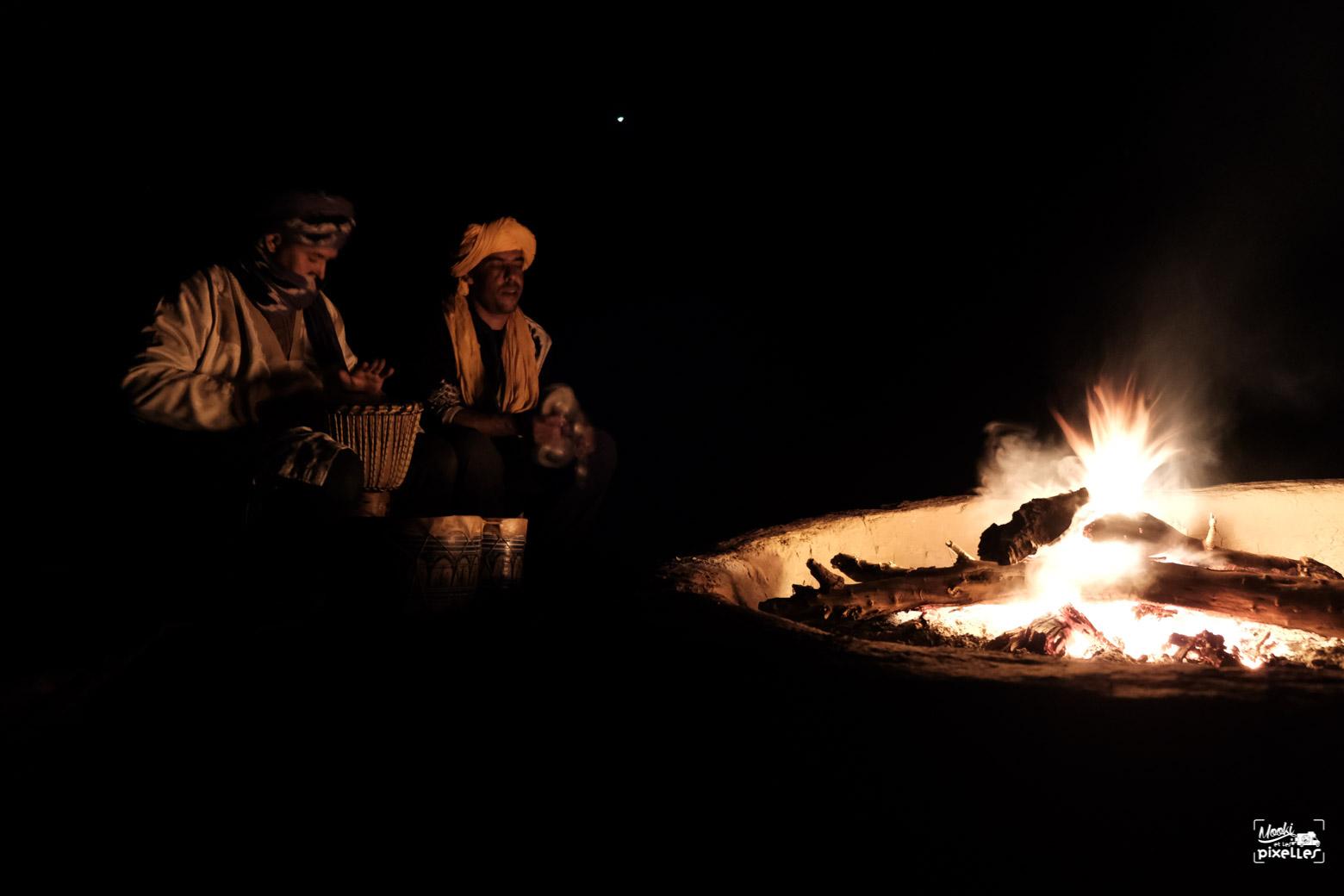 Musiciens autour du feu dans le désert au Maroc
