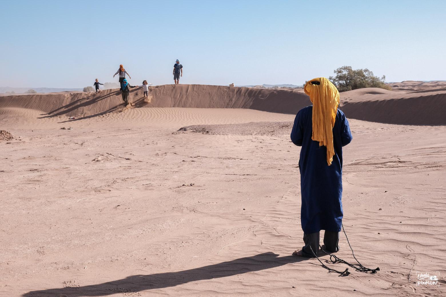 Des gens heureux au milieu du désert