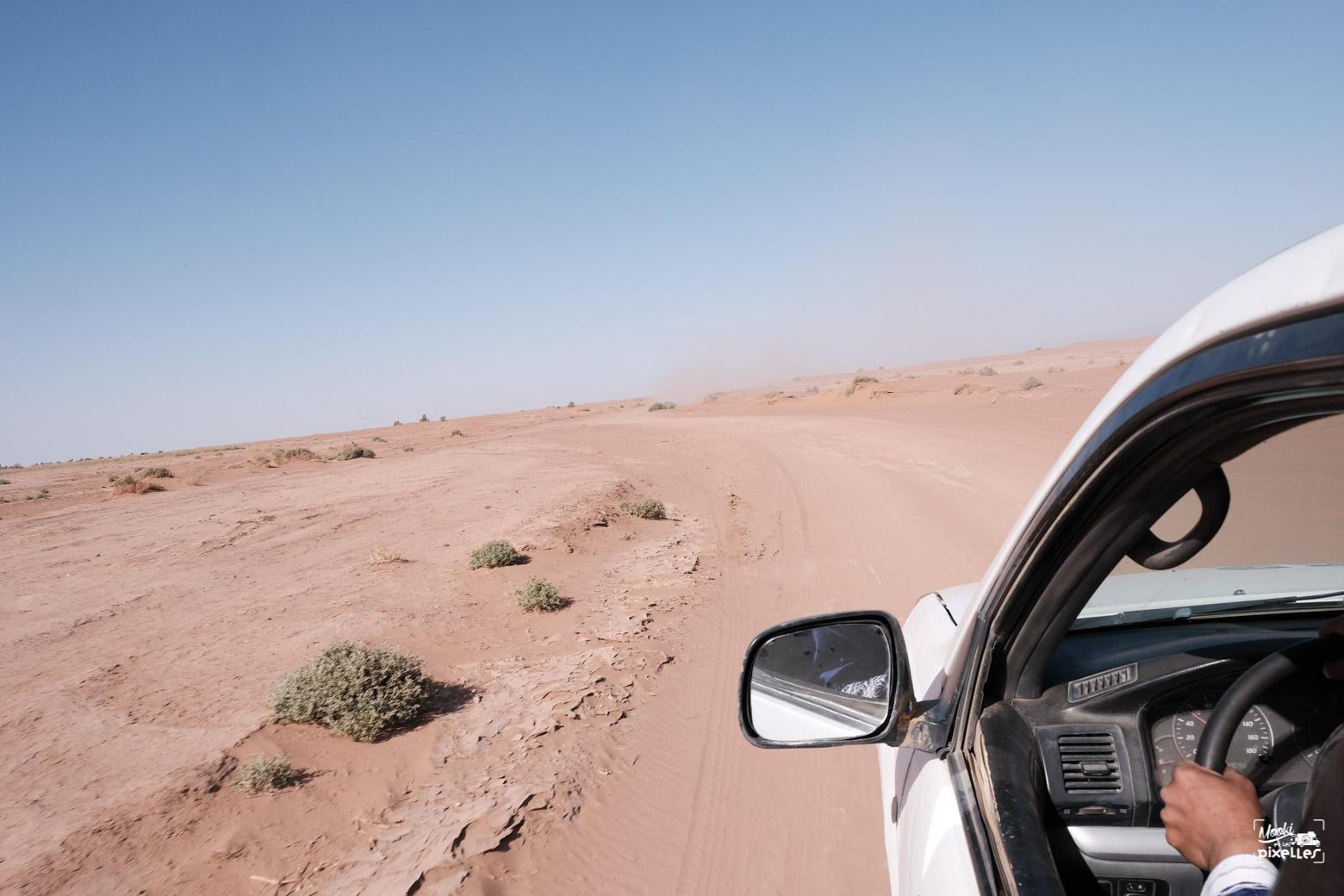 Mbark conduit sur les pistes désertiques au Maroc