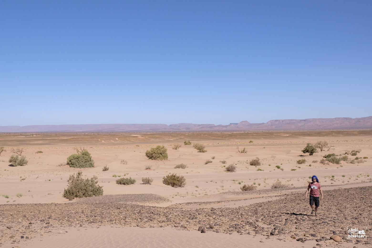 Damien au milieu du hamada au Maroc