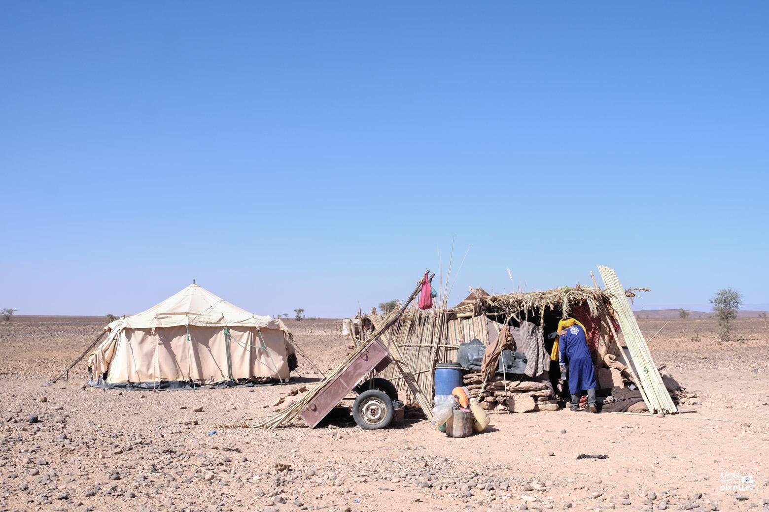 Campement nomade au milieu du désert