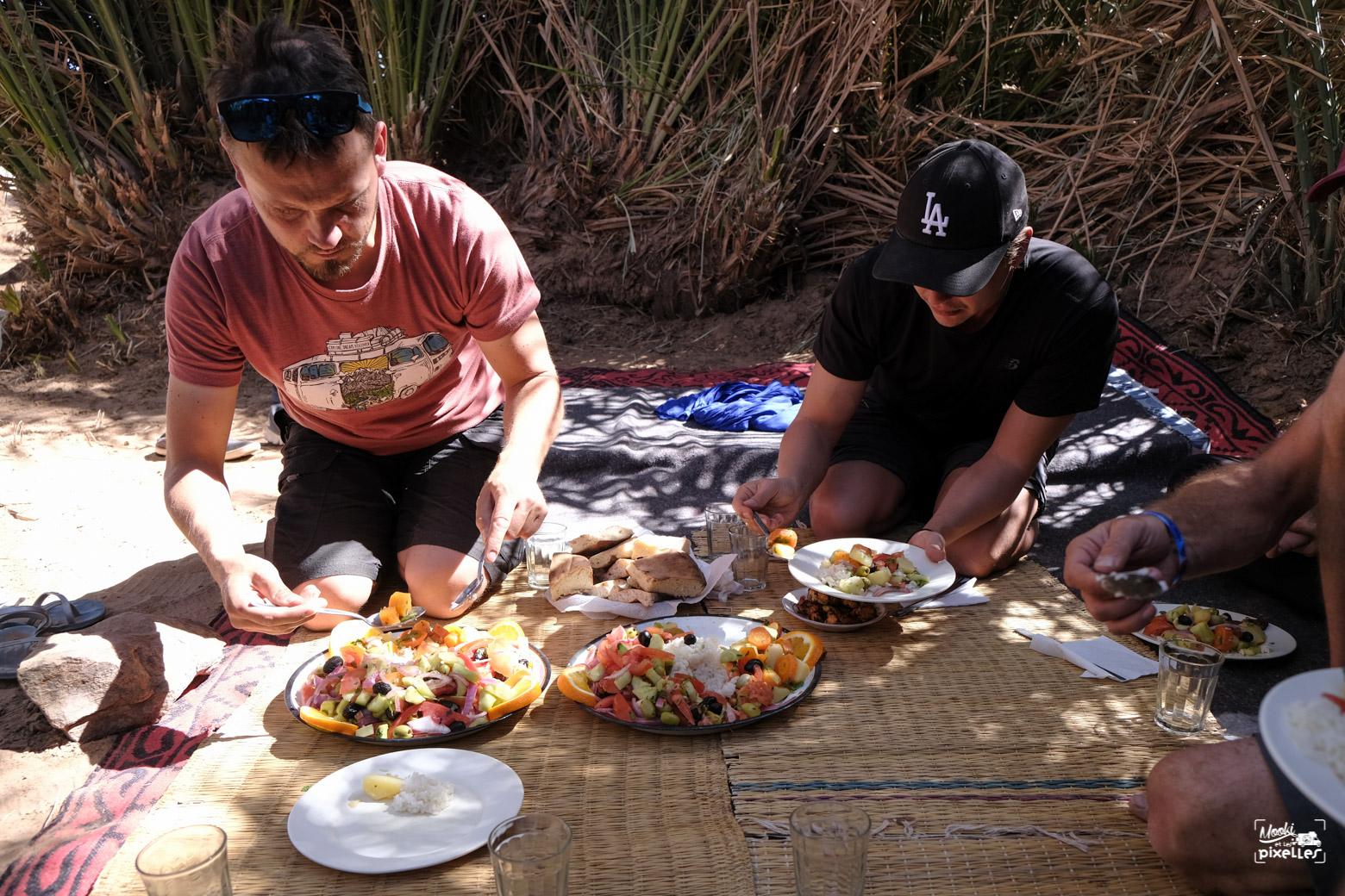 Repas au milieu d'une oasis dans le désert