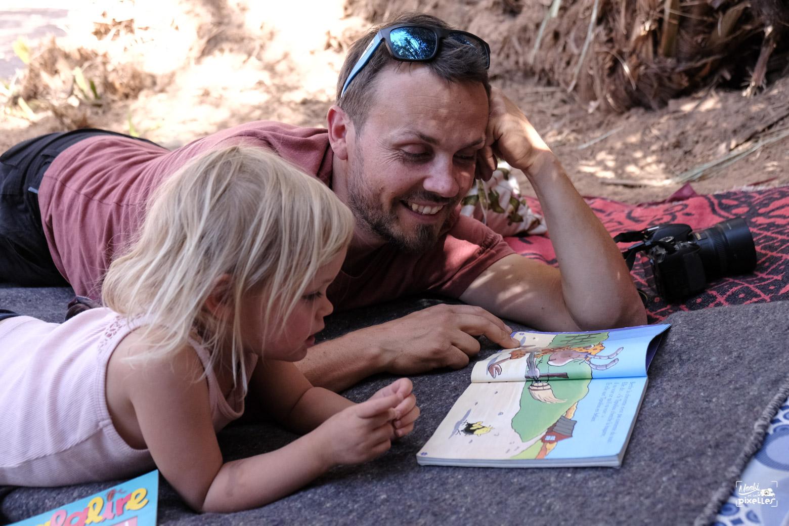Instant lecture père fille dans une oasis au Maroc