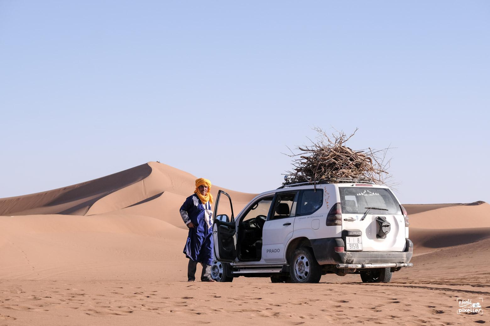 notre guide Mbark au milieu du désert du Sahara