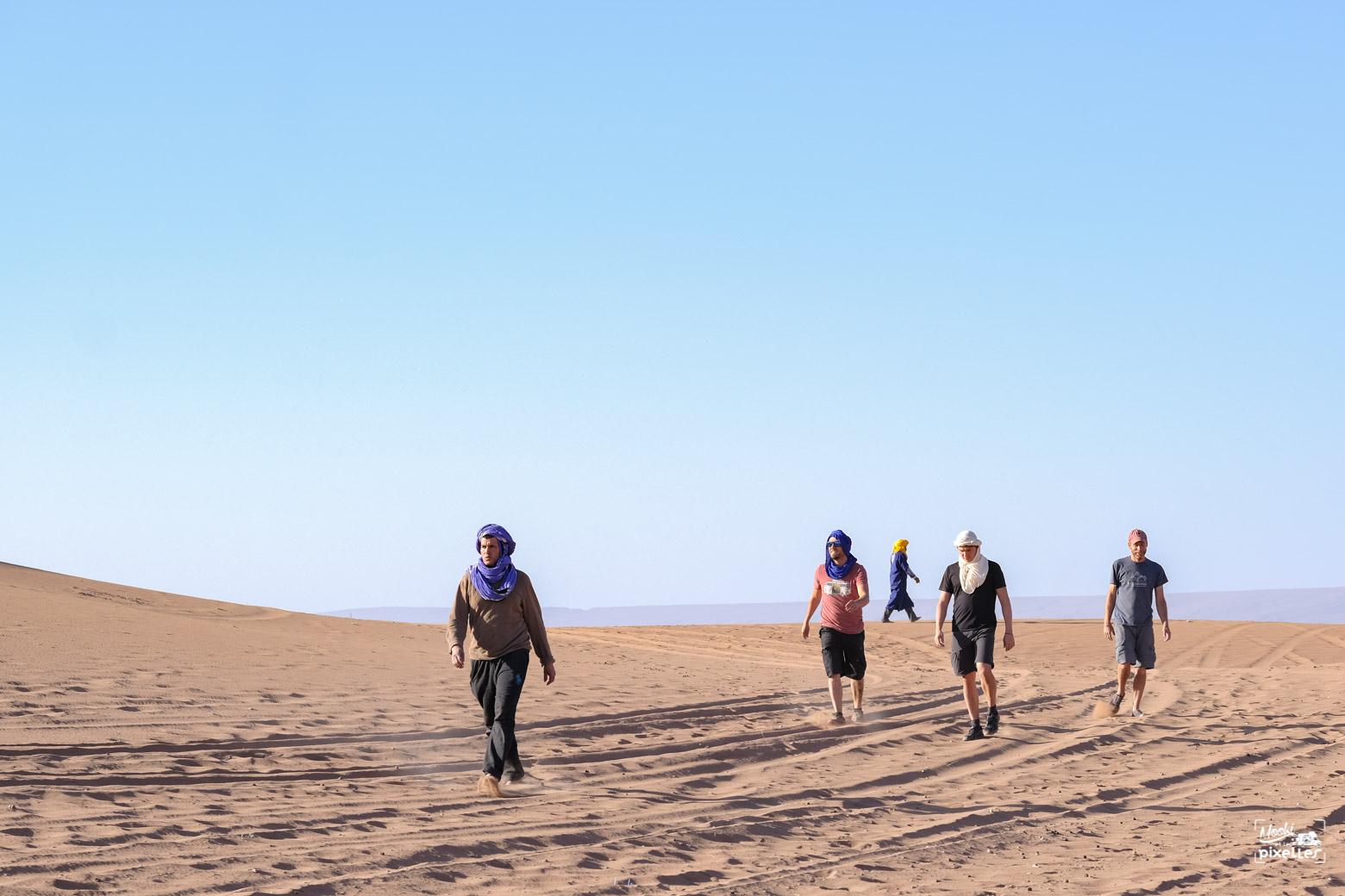 Tout le monde à pied dans le désert