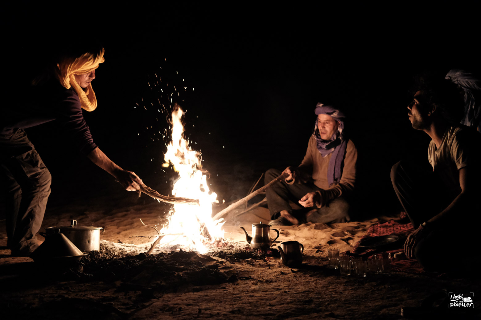 Tous autour du feu au bivouac dans le désert
