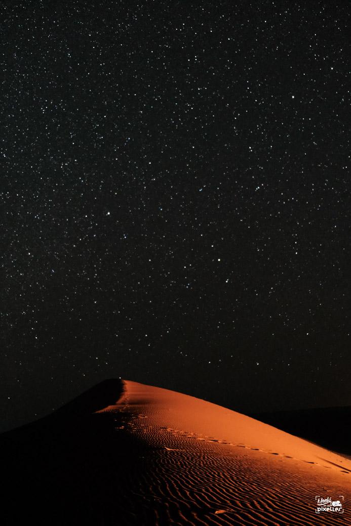 Voie lactée au milieu des dunes du Sahara au Maroc