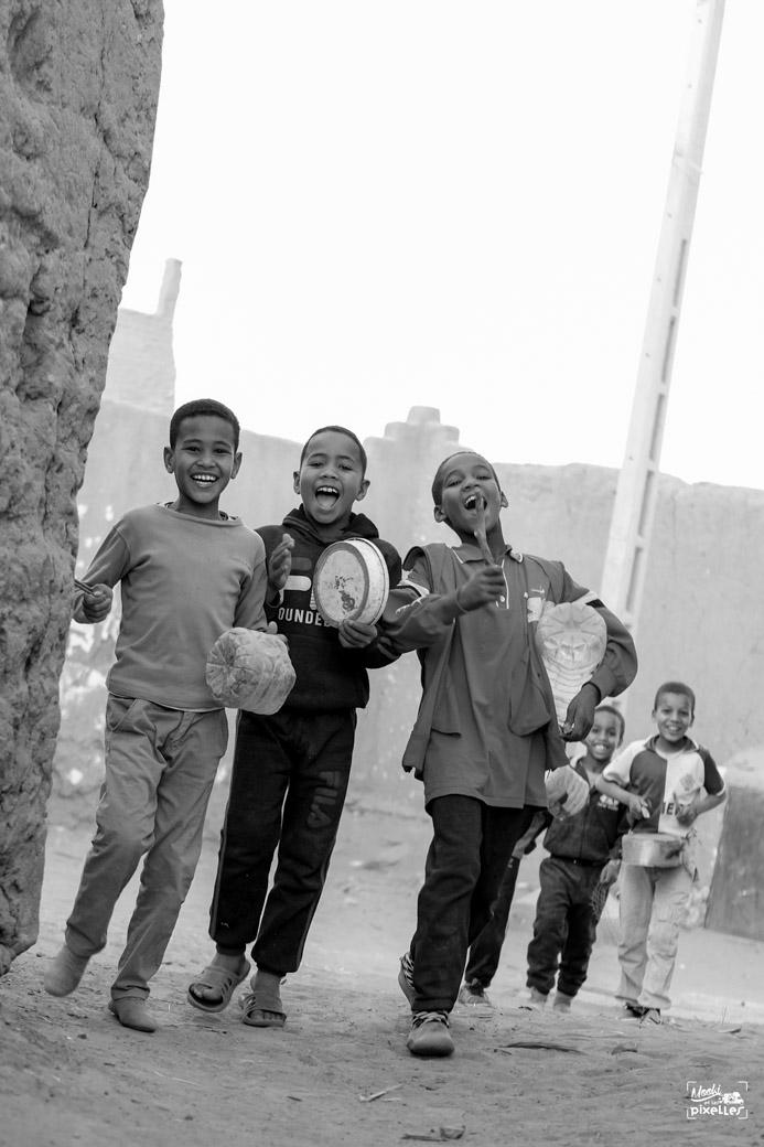 Des enfants heureux qui jouent de la musique dans les rues au Maroc