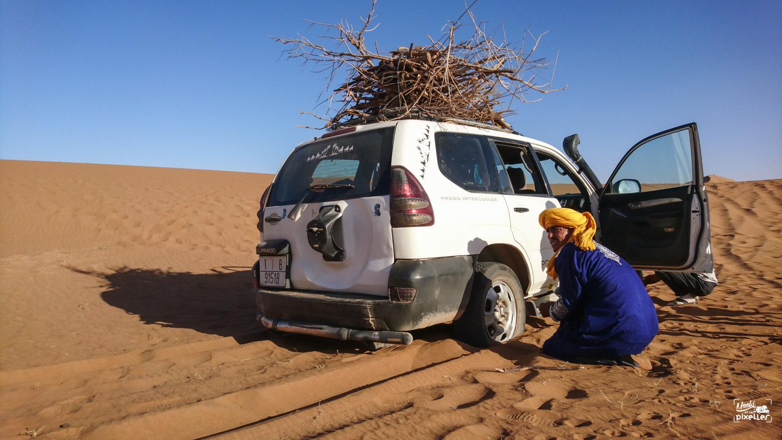 Voiture ensablée dans le désert