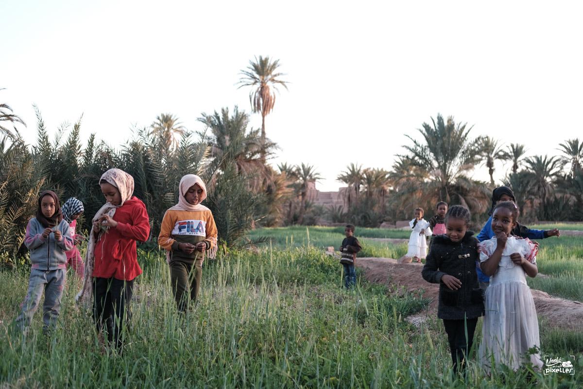 Des enfants jouent dans les champs au Maroc