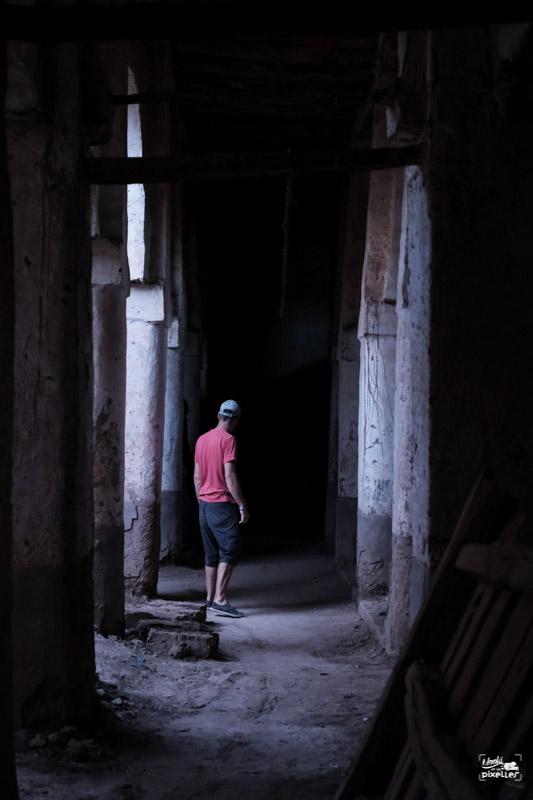 Déambuler dans une ancienne mosquée au Maroc