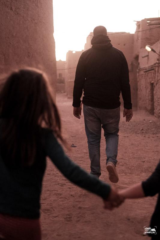 Nous suivons notre guide dans le Ksar de Mhamid au Maroc