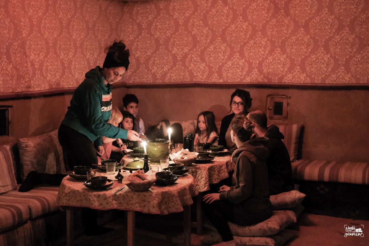 Des amis heureux autours d'une belle table