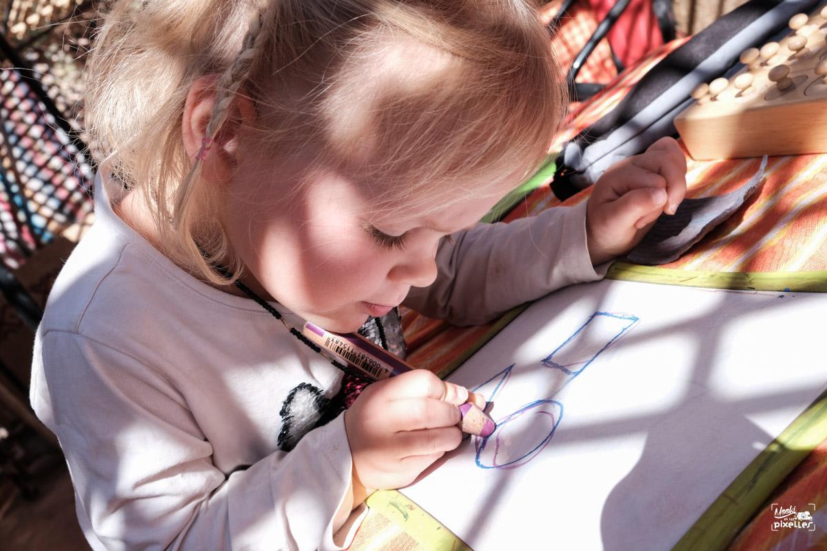 Enfant qui apprend les formes géométriques
