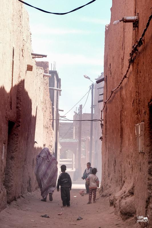 Des enfants jouent dans une ruelle au Maroc