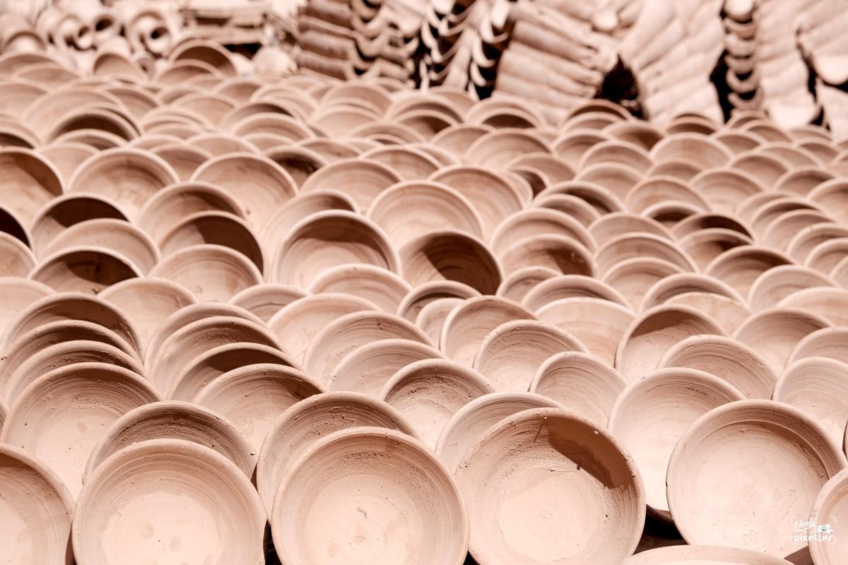 Des poteries qui sèchent au soleil