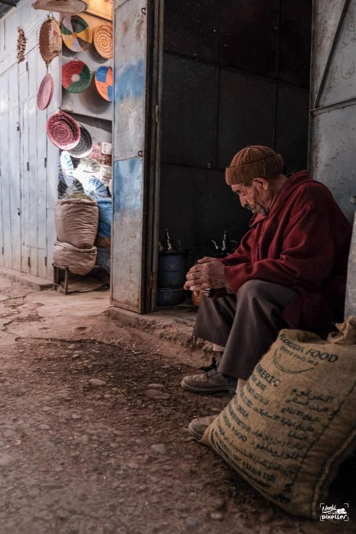 Un homme seul dans le souk de Risani