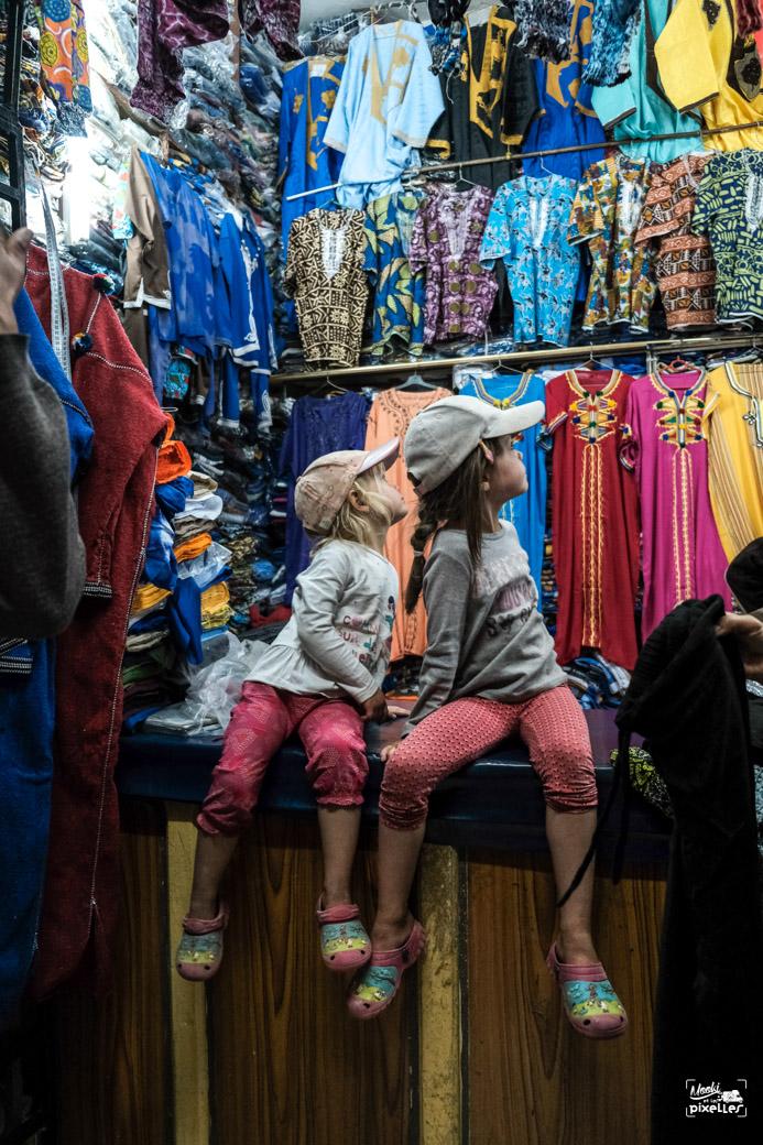 Les filles obervent une boutique de vêtements