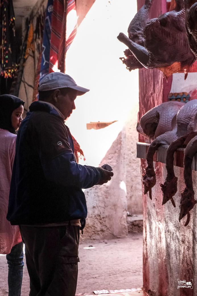 Un homme achète de la dinde au souk au Maroc