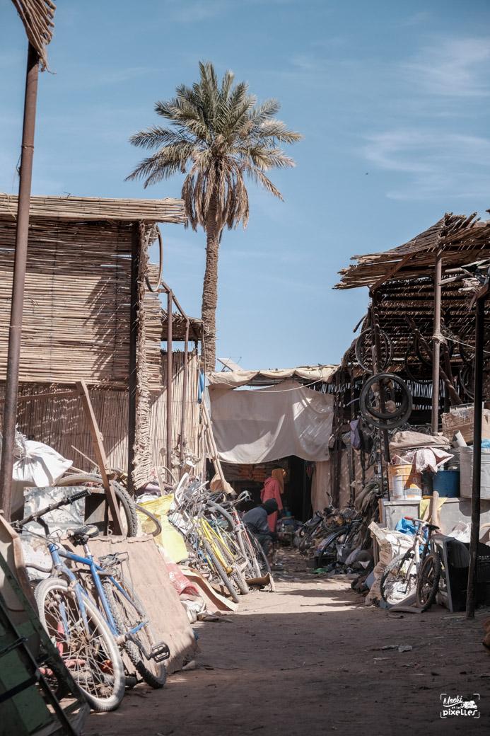 des marchands de bicyclettes dans le souk