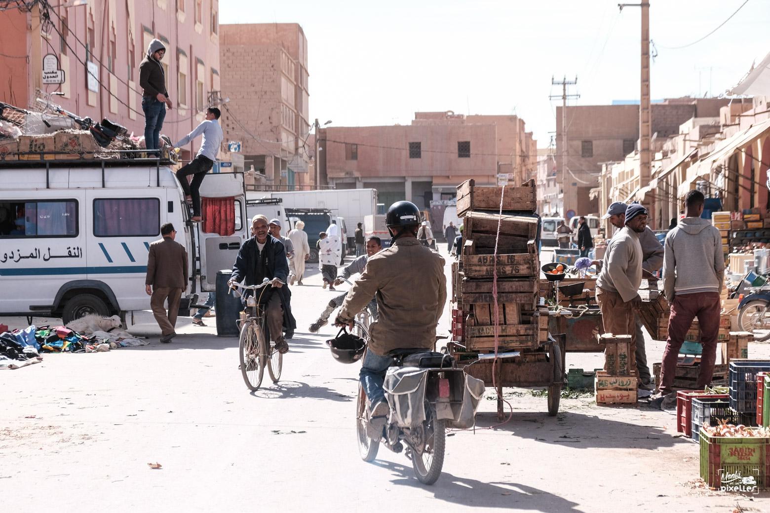 braucoup d'activité dans la rue à Risani