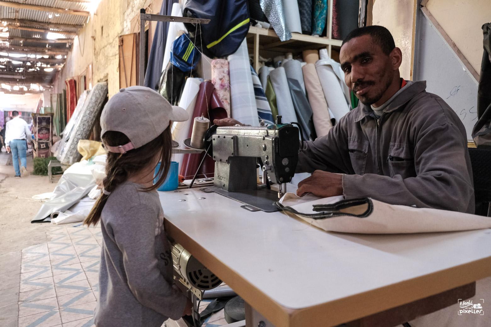 Un couturier marocain pose pour la photo