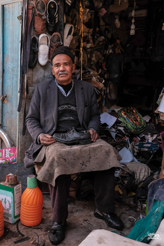 Un cordonnier pose pour la photo au maroc